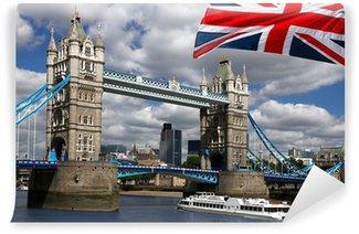 Fototapeta Winylowa Tower Bridge z łodzi i flagi Anglii w Londynie