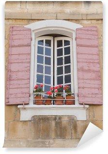 Vinylová Fototapeta Tradiční francouzská okna s růžovými okenicemi