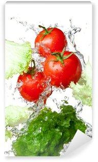 Vinylová Fototapeta Tři čerstvé červená rajčata a salát v stříkající vodě izolovaných na