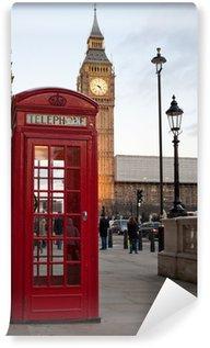 Fototapeta Vinylowa Typowy czerwony budka telefoniczna w Londynie z Big Ben w bac