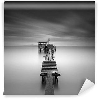 Vinylová Fototapeta Umění obrázek dřevěné rybářské molo na pláži v černé a white.Long expozice zastřelil s pohybem rozostření.