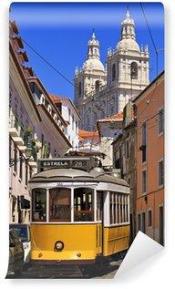 Vinylová Fototapeta Úzká ulice ve starém centru Lisabonu s typickou žlutou tramvají