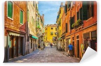 Vinylová Fototapeta Úzkým průlivem mezi starými barevné cihlové domy v Benátkách
