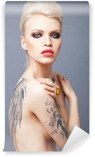 Vinylová Fototapeta Vamp vypadající žena s tetování křídly na zádech