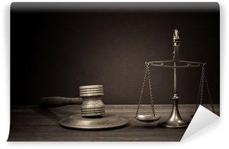 Fototapeta Winylowa Wagi prawa, sędzia młotek na stole. Symbol sprawiedliwości