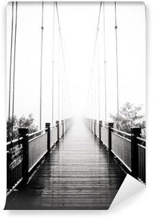 Fototapeta Winylowa Widok na pieszych drewniany most w mgle