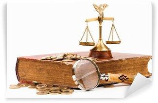 Vinylová Fototapeta Zákon knihy, peníze, zvětšovací sklo a váhy spravedlnosti