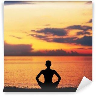 Vinylová Fototapeta Západ slunce meditace. Silueta žena, která dělá cvičení jógy.