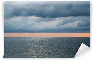 Vinylová Fototapeta Zataženo bouřlivé dramatické obloze nad mořem
