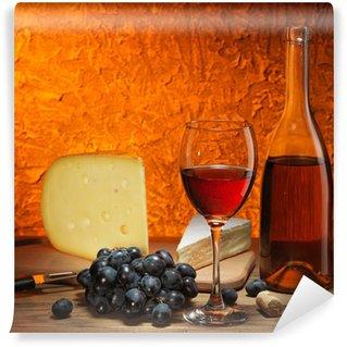 Vinylová Fototapeta Zátiší se sýrem, hroznovým vínem a sklenkou červeného vína.