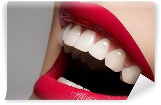 Fototapeta Winylowa Zbliżenie Szczęśliwa kobieta uśmiech ze zdrowymi białymi zębami