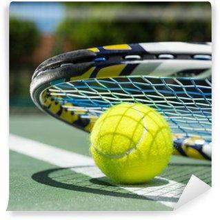Vinylová Fototapeta Zblízka pohled na tenisovou raketu a míčky na tenisový kurt