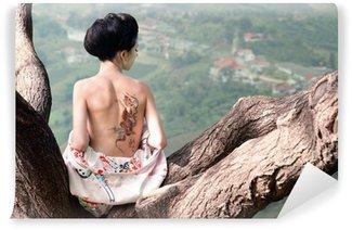 Vinylová Fototapeta Žena s hadem tetování sedí na větvi stromu (Orig)