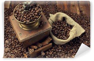 Fototapeta Winylowa Ziarna kawy i stary młynek