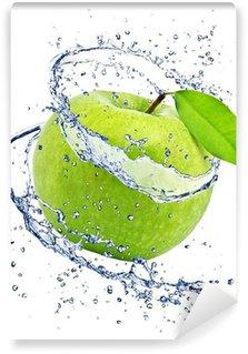 Fototapeta Vinylowa Zielone jabłko z odrobiną wody, na białym tle