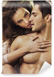 Fototapeta Winylowa Zmysłowa kobieta dotyka jej chłopaka idealne ciało