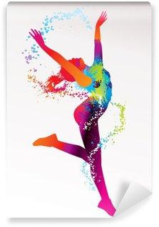 Fototapeta Zmywalna Dziewczyna tańczy z kolorowymi plamami i odpryskami na bac światła