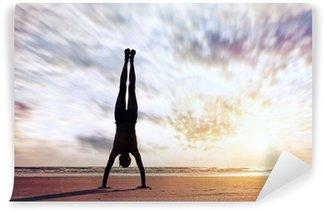 Fototapeta Zmywalna Handstand pobliżu oceanu