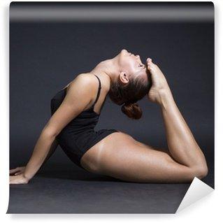 Fototapeta Zmywalna Młoda piękna kobieta gimnastyczka