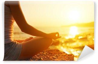 Fototapeta Zmywalna Ręka kobieta medytacji w jodze na plaży