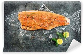 Fototapeta Zmywalna Surowe ryby łososia stek z dodatkami takimi jak cytryny, pieprz, sól morska i koperkiem na czarnej tablicy, naszkicowany obraz kredą łososia stek z ryby