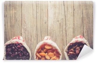Fototapeta Zmywalna Ujęcie z suszonych owoców w papierowej torbie na drewnianych tabeli