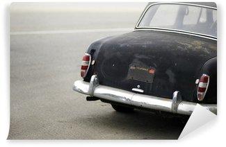 Vinylová Fototapeta Zrezivělý černý automobil zezadu