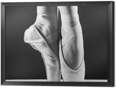 Gerahmtes Leinwandbild Ein Foto von Ballerina pointes auf schwarzem Hintergrund