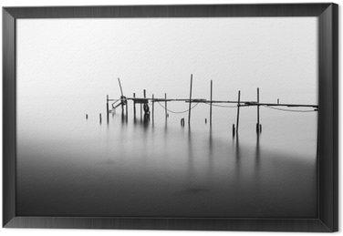 Gerahmtes Leinwandbild Eine Langzeitbelichtung eines zerstörten Pier in der Mitte der Sea.Processed in B