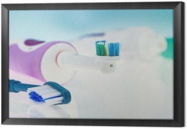 Gerahmtes Leinwandbild Elektrische und klassische Zahnbürste auf reflektierende Oberfläche und hellblauen Hintergrund.