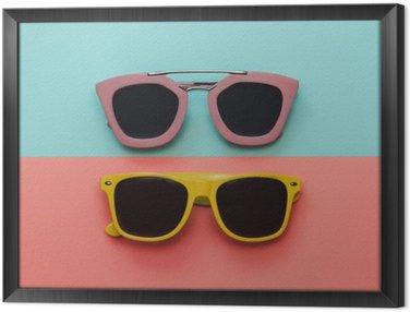 Gerahmtes Leinwandbild Flachlege Mode Set: zwei Sonnenbrillen auf Pastell Hintergrund. Draufsicht.