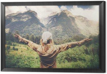 Gerahmtes Leinwandbild Happy Woman Traveler erhobenen Händen genießen Berge Landschaft Travel Lifestyle-Konzept Harmonie mit der Natur Sommerferien