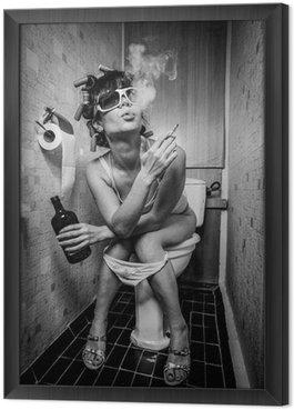 Gerahmtes Leinwandbild Mädchen sitzt in einer Toilette