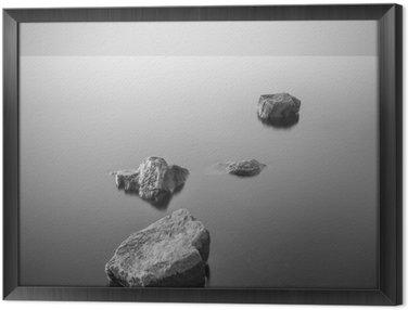Gerahmtes Leinwandbild Minimalist neblige Landschaft. Schwarz und weiß.