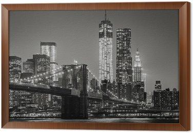 Gerahmtes Leinwandbild New York bei Nacht. Brooklyn Bridge, Lower Manhattan - Schwarz ein