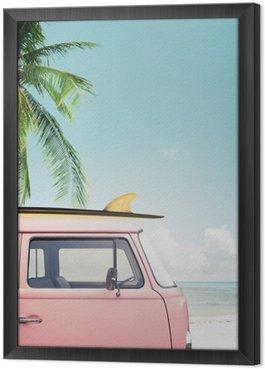 Gerahmtes Leinwandbild Oldtimer auf dem tropischen Strand geparkt (Meer) mit einem Surfbrett auf dem Dach