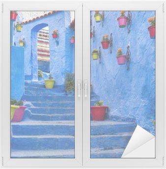 Glas- och Fönsterdekorer Blå trappa och vägg dekorerad med färgglada blomkrukor, Chefchaouen Medina i Marocko.