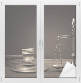 Glas- och Fönsterdekorer Lagen skalor, domare klubban på tabellen. Symbol för rättvisa