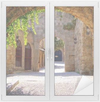 Glas- och Fönsterdekorer Medeltida välvda gata i den gamla staden Rhodos, Grekland