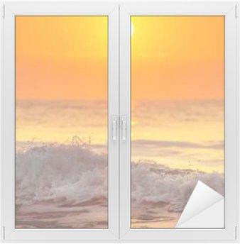 Glas- och Fönsterdekorer Soluppgång och lysande vågor i havet
