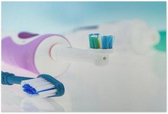 HD Poster Elektrische en klassieke tandenborstel op reflecterend oppervlak en licht blauwe achtergrond.