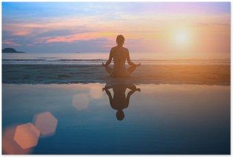 HD Poster Silhouet jonge vrouw het beoefenen van yoga op het strand bij zonsondergang.