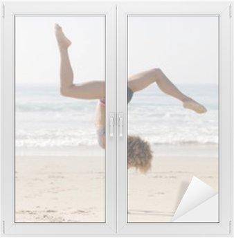 Nainen harjoitellaan jooga ulkona Ikkuna- Ja Lasitarra