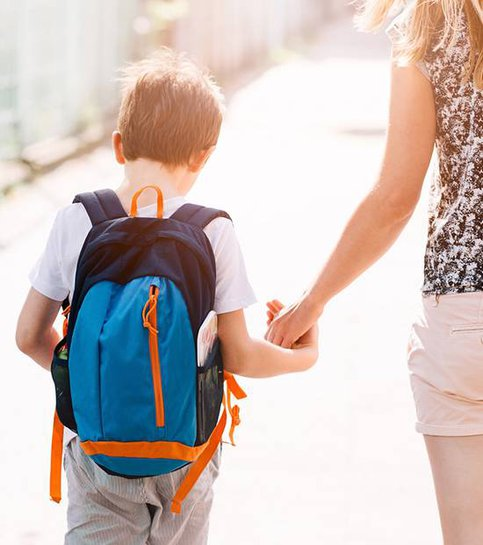 Chłopiec idący do szkoły ze swoją matką