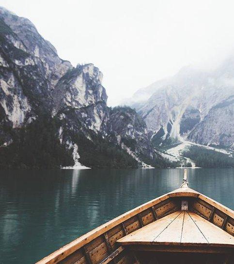 Braies gölünde ahşap tekne