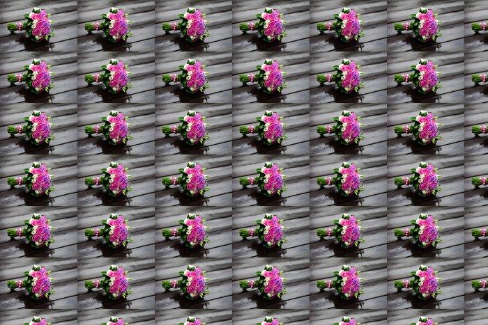 Vinylová Tapeta Delikátní kytice růží na mokré dřevo po dešti - Slavnosti