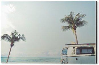 Impressão em Alumínio (Dibond) Vintage carro estacionado na praia tropical (beira-mar) com uma prancha no telhado - viagem de lazer no verão