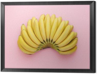 Ingelijst Canvas Bovenaanzicht van rijpe bananen op een heldere roze achtergrond. Minimalistische stijl.
