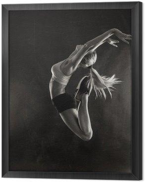 Ingelijst Canvas Fitness vrouwelijke vrouw met een gespierd lichaam springen.