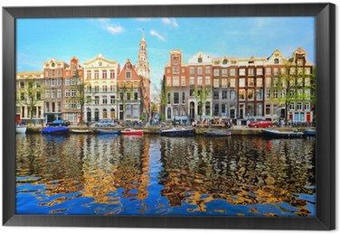 Ingelijst Canvas Grachtenpanden van Amsterdam in de schemering met levendige reflecties